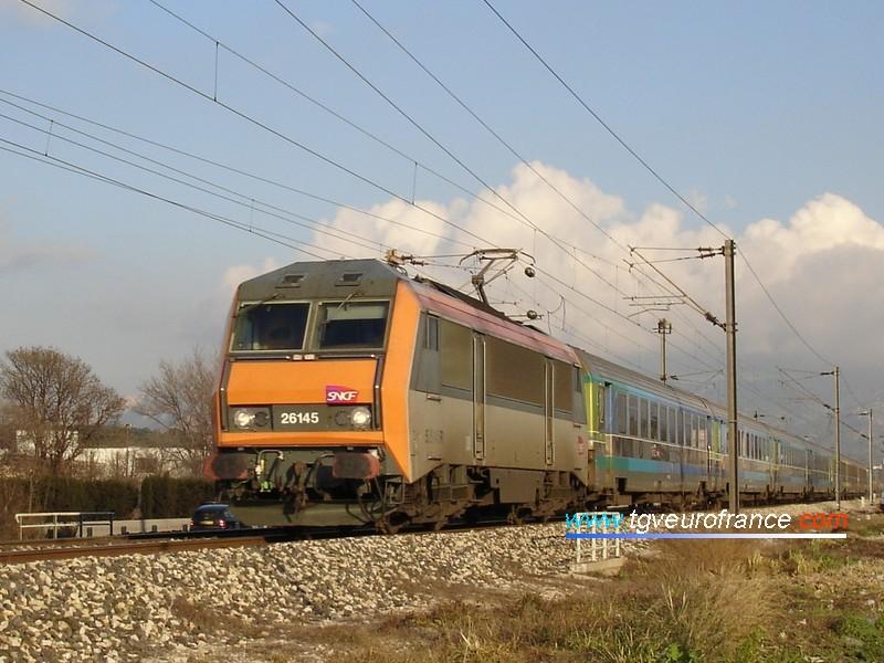 Une locomotive électrique BB 26000 SYBIC réversible en tête d'un train Corail Téoz Nice - Bordeaux