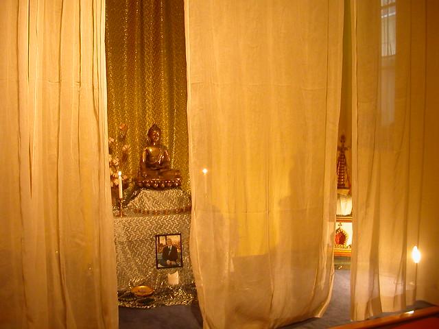 Le bouddha à l'autel du Centre Bouddhiste de l'Ile de France, à Paris 6
