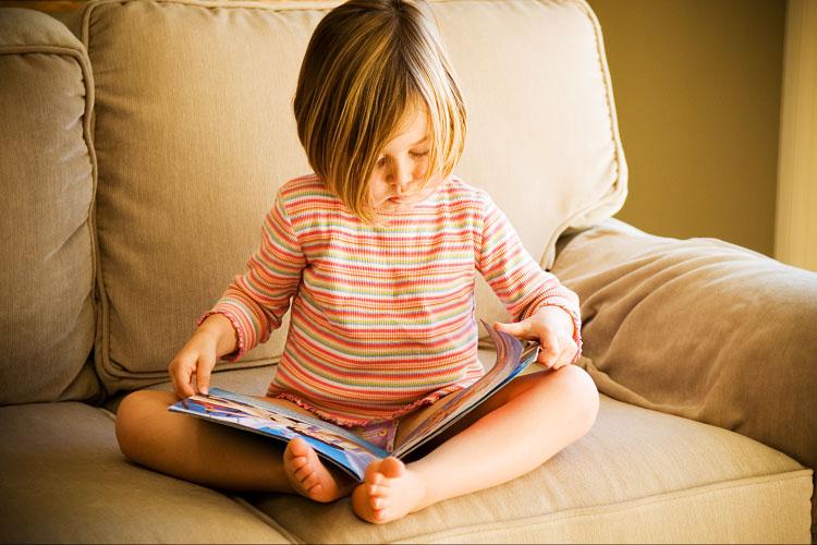 Acil kitap okuyan çocuklar resmi