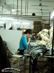 查片的大嬸數一數就沾口水好可怕...所以衣服買回家一定要洗阿! (FIONA88888) Tags: 中山 工廠 20070305