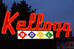 Kellogg Bowl (Curtis Gregory Perry) Tags: road light usa signs luz sign oregon america licht us alley highway neon glow pacific northwest bright lumire or united bowl ne retro aviso 99 bowling signage pacificnorthwest states kellogg federal luce muestra milwaukie signe sinal  zeichen highway99  non segno nen      teken   us99