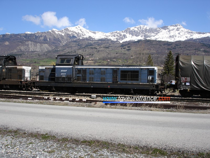 Two BB 66000 freight locomotives hauling Rils wagons in the station of Chorges