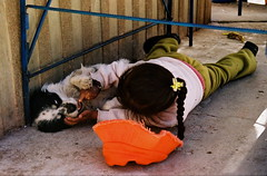 South Amercia : Bolivia (KraKote est KoKasse.) Tags: chien southamerica rouge chapeau enfant jeu couette bolivie ameriquedusud americadelsur krakote forcont wwwkrakotecom valeriebaeriswyl