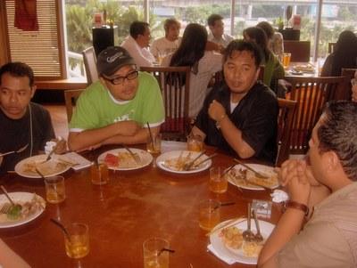 Makan sambil berbual dengan pengarah Osman Ali