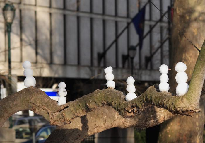 Snowmen in a tree