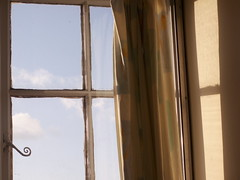 Good Morning! (Mamluke) Tags: uk morning england brown sun sunlight window glass spiral shadows britain panes braun tageslicht sunlit cristal fentre glas brun verre bruin vetro zonlicht dorney marrn lumiredusoleil luzdelsol mamluke dorneyreach lucesolare