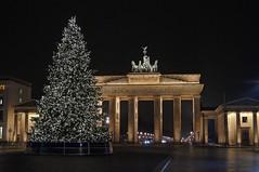 Brandenburger Tor (mr172) Tags: berlin deutschland nacht night licht lights mitte brandenburger tor pariser platz weihnachtsbaum