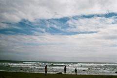 所以決定明天去海邊玩耍。 (Yao-Cheng Kuo) Tags: taitung taiwan analog 35mm film xtra400 fuji sea seaside seascape ocean wave nature clouds blue sky view scenery