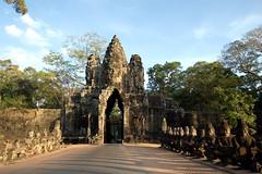 East Gate at Angkor Thom (Robin Thom) Tags: puerta cambodia khmer faces gates porta porte z tor siemreap angkorthom stadttor citygate brana walledtown angkorthomgates