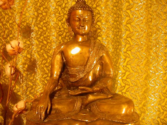 Le bouddha à l'autel du Centre Bouddhiste de l'Ile de France, à Paris 2