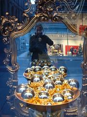 Spiegelungen, goldene Kugeln, Weihnachtsstimmung. (happylinchen) Tags: spiegel leipzig dezember sonntag kaufhof rahmen frh spiegelungen roteampel goldenekugeln