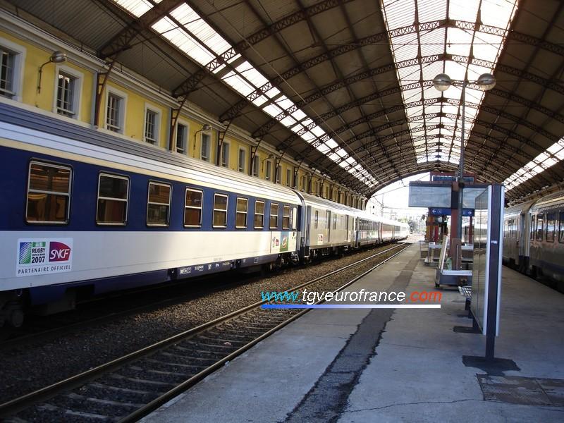 La verrière de la gare SNCF d'Avignon Centre avec le Train du Rugby lors de son passage en Région PACA