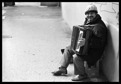 Il suonatore...della mia strada (Gennaro Pazienza) Tags: bologna canonae1 viaggio fd bolognangolob viaoberdan gennaropazienza mostrafotograficanoart