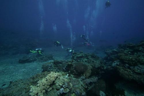 教堂附近的礁岩處處