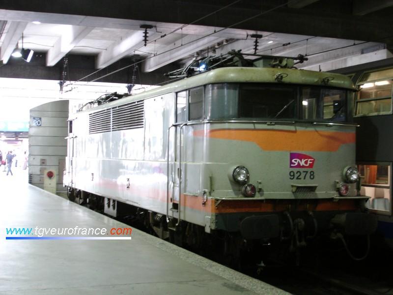 Une locomotive électrique BB 9200 SNCF en gare de Paris-Montparnasse quelques mois avant sa radiation