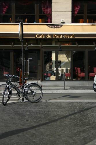 遠遠的看見自己在塞納河邊的新橋咖啡館
