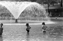 060568 07 (ndpa / s. lundeen, archivist) Tags: nick dewolf nickdewolf photographbynickdewolf blackwhite bw 1968 1960s 35mm june beaconhill candid boston massachusetts ma city citylife streetlife sliceoflife film monochrome blackandwhite spring people park common bostoncommon pond wadingpool frogpond water fountain wading children kids child girl nicole pagecollingwood collingwood