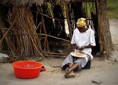 Rundu (KraKote est KoKasse.) Tags: africa portrait southafrica rouge femme afrique bassine krakote forcont wwwkrakotecom valeriebaeriswyl