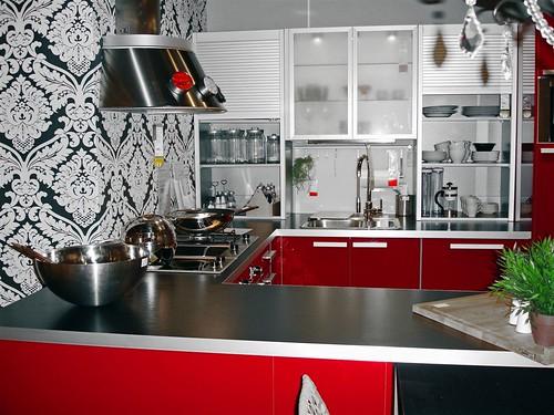Wzorzysta kuchnia z czerwonymi elementami