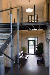 Le hall d'entrée avec l'escalier menant à l'étage de la ferme des séquoias