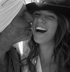 Mohamed y Daniele (moises-en-flickr) Tags: bw blancoynegro cantor pareja amor bn sonrisa oriental voz beso mohamed bailarina daniele pechêursdeperles poètesoufi alhallajud músicairakí