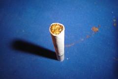 Cigarette en tela azul (MeBnQn) Tags: macro azul cigarrillo mebnqn