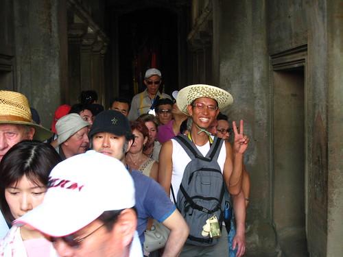 排隊等著用扶梯下塔的人