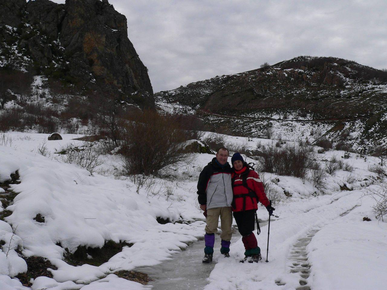 pareja en camino helado