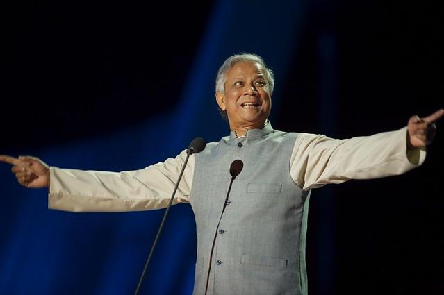 Muhammad Yunus agradeciendo el Nobel por la Paz
