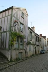 Dans les rues de Noyers (Yonne) (godran25) Tags: noyers bourgogne burgundy france yonne maisons colombages voiture car renault 4l