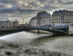 Pont d'Arcole, Paris (Lolo_) Tags: bridge people paris france seine clouds pont nuages hdr gens arcole