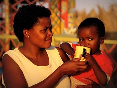 Namibie : Swakopmund (KraKote est KoKasse.) Tags: africa portrait tasse southafrica amour bebe maman tendresse afrique krakote forcont wwwkrakotecom valeriebaeriswyl