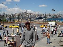 Berlatar belakangkan Golden Horn di Eminonu, Istanbul, Turkey