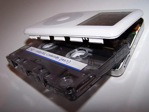 Thumb iPod que parece Walkman y un estuche especial