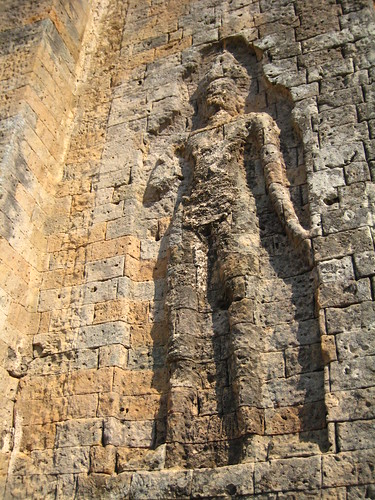 紅磚表層覆蓋灰泥的雕刻