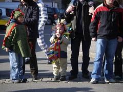 觀看遊行的小朋友也要打扮