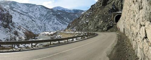 Narrow road on the way to Erzincan, Turkey / 道が狭い(トルコ、エルジンジャン市へ向かう途中)