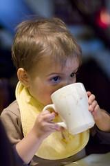 Arno drinkt chocomelk