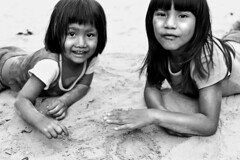 drawing on the sand ( Tatiana Cardeal) Tags: pictures 2005 brazil portrait people bw film southamerica festival brasil children photo parente native picture culture documentary tribal brazilian tatianacardeal fotografia indios ethnic indien indigenous brsil bertioga indgena ethnology indigenouspeople guarani timeofinnocence documentaire indische etnia ethnologie documentario ethnique povosindgenas ethnie pueblosindgenas indigenousfestival indigenenvlker