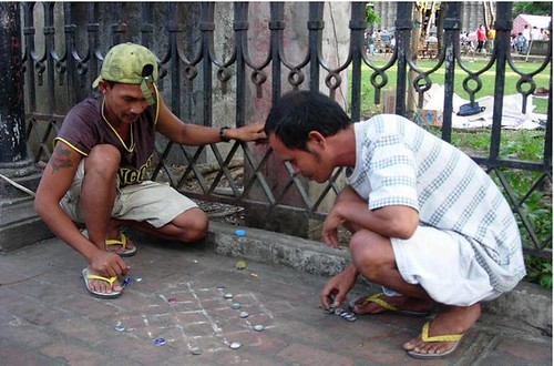 men playing dama checkers draughts street city Buhay Pinoy Philippines Filipino Pilipino  people pictures photos life Philippinen  菲律宾  菲律賓  필리핀(공화국)improvised board game