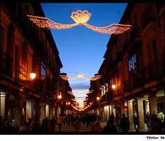 Calle Mayor (Alcala) (.Melian.) Tags: navidad luces noche gente v puntodefuga alcaladehenares mbd callemayor patrimoniodelahumanidad ph240 melian sonycybershotdscf707 montsebuenda