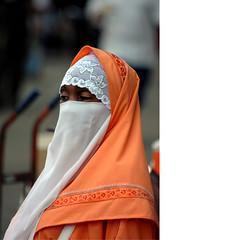 Harlem_Manhatten_2006 (loehr_ralf (JUNGTIER)) Tags: orange white newyork black eyes mask harlem religion moment