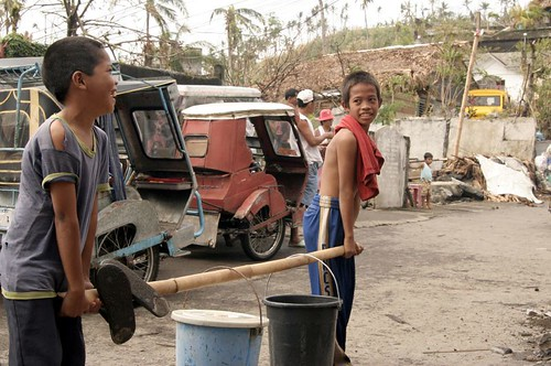 Philippinen  菲律宾  菲律賓  필리핀(공화국) Pinoy Filipino Pilipino Buhay  people pictures photos life boy, domestic chores, Albay Philippines, rural, scene, street, working water fetching water igib