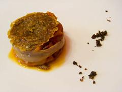 Hojaldre caramelizado con eneldo, pimientos del Bierzo asados, anchoa en salazón y berenjena confitada