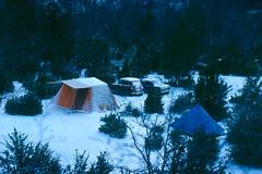 Belagua - Campamento en la nieve (tomasero) Tags: camping nieve 1977 elurra pirineos diapositivas isaba belagua pirineoak gotzon gotzonero rincondebelagua