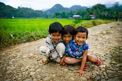 3 kids in rantepao (phitar) Tags: 3 topf25 trois kids indonesia three topf50 rice 2006 trio triplets triplet sulawesi celebes rantepao abigfave