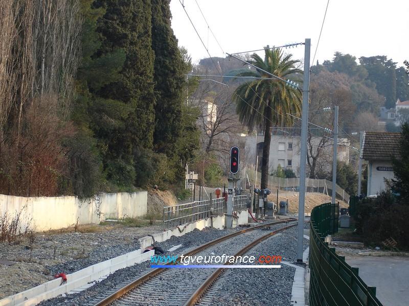 Vue de la ligne à voie unique en direction de Cannes