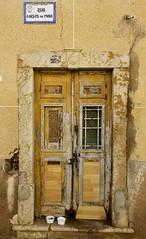La puerta dorada (John LaMotte) Tags: puerta porta portugal door deterioro decayed dintel decadencia algarve infinitexposure ilustrarportugal olhão