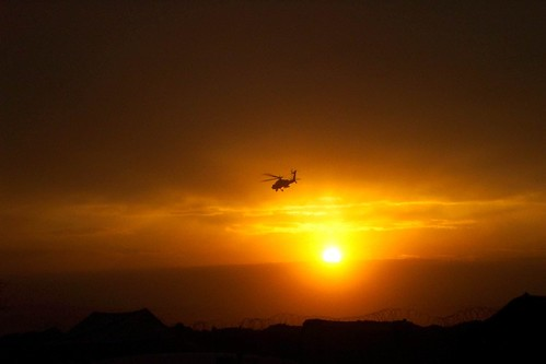 Sunset & Apache helecopter in southern Afghanistan. (Foto: Michael Fontenot)