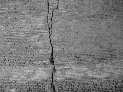Crepa! (Stranju) Tags: bw wall italia toscana livorno biancoenero fortezza mattoni muto canonpowershots3is stranju withcanonican cerepa anoterbrokenbrikinthewall